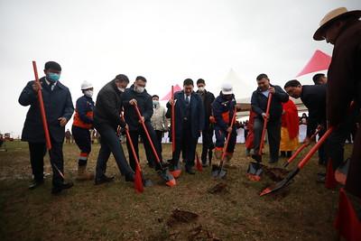 """2021 оны наймдугаар сарын 23. Богдхан төмөр замын бүтээн байгуулалтын ажлын нээлт өнөөдөр боллоо. Монгол Улсын Засгийн газар Богдхан төмөр замын бүтээн байгуулалтын ажлыг яаралтай горимоор эхлүүлж, гурван жилийн хугацаанд ашиглалтад оруулж дуусгахаар төлөвлөж байгаа юм. Ерөнхий сайд Л.Оюун-Эрдэнэ тус төслийг нээж хэлсэн үгэндээ, Богдхан төмөр зам"""" нь Монгол Улсын дэд бүтцийн болон тээвэр логистикийн өрсөлдөх чадварыг нэмэгдүүлээд зогсохгүй нийслэл Улаанбаатар хотын төвлөрлийг сааруулах, Төв аймгийн нутаг дэвсгэрт шинэ дагуул хотууд бий болох, автозамын түгжрэл буурах үндсэн шийдлүүдийн нэг юм гэдгийг онцлоод бүтээн байгуулалтын ажилд амжилт хүслээ.     Ерөнхий сайд: -1954 оны Сайд нарын зөвлөлийн 435 дугаар тогтоолоор Улаанбаатар хотын анхны ерөнхий төлөвлөгөөг батлаж, нийслэл Улаанбаатар хотод 500 мянган хүн оршин суухаар тооцсон ч өнөөдөр энэ ачаалал төлөвлөснөөс гурав дахин нэмэгдээд байна.               Нийслэл Улаанбаатар хотын замын даац 300 мянган автомашиныг 25 км цагийн хурдтай нэвтрүүлэх хүчин чадалтай ч өнөөдөр 500 гаруй мянган автомашин зорчиж байна. Энэ байдлаас улбаалж өнөөдөр нийслэлийн автозамын нэвтрүүлэх хүчин чадал 13 км цаг, оргил ачааллын үед найман км цагийн хурдтай болжээ. Нэг үгээр хэлбэл, оргил ачаалалтай үеийн дундаж хурд явган хүнийхтэй бараг адил түвшинд очсон байна.    Манай улс жил бүр 80-90 мянган автомашин шинээр худалдан авч байна. Цаашид ингэж үргэлжилбэл 1-2 жилийн дотор нийслэл Улаанбаатар хот ТЭГ зогсолт хийх нөхцөл байдал бодитоор үүсчээ.   Тиймээс ч Ерөнхий сайдаар томилогдоод УИХ-ын чуулганд """"Хүн амын дийлэнх хэсэг амьдран суугаа их хотын асуудлыг Засгийн газар зөвхөн нийслэлийн удирлагад даатган орхихгүй ээ. Нийслэлчүүдтэйгээ сэтгэл гарган бүх талаар дэмжлэг үзүүлж хамтран ажиллах болно. Улаанбаатар хотын төвлөрлийг багасгана. Нийслэлийн тээвэр болон дагуул хотуудыг холбосон дэд бүтцийн асуудлыг үе шаттай шийдвэрлэнэ"""" гэж хэлсэн. Хэлсэн үг, дэвшүүлсэн зорилтоо бодитой ажил болгохын тулд Ерөнхий сайд өөрөө биечлэн удирдах Үндэ"""