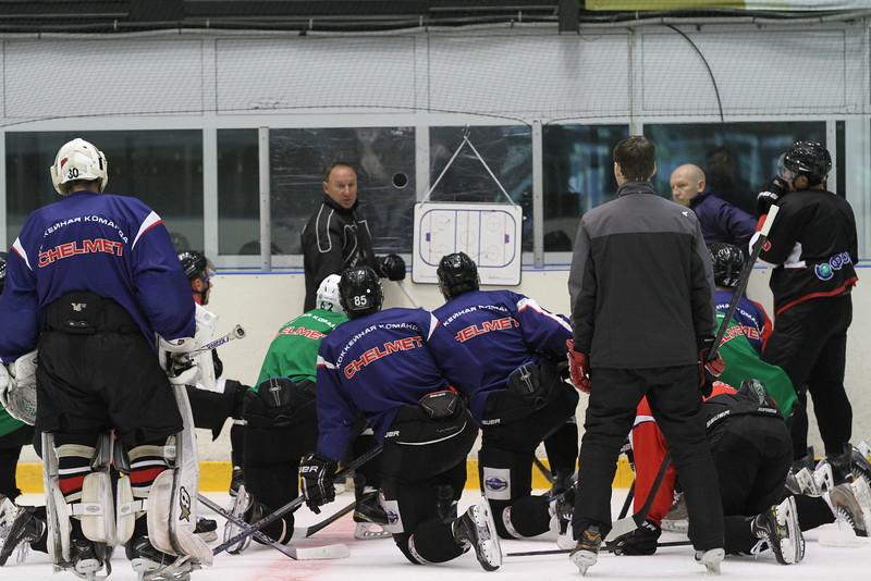 Челябинская команда Высшей хоккейной лиги Челмет провела первую тренировку на льду после выхода из отпуска.