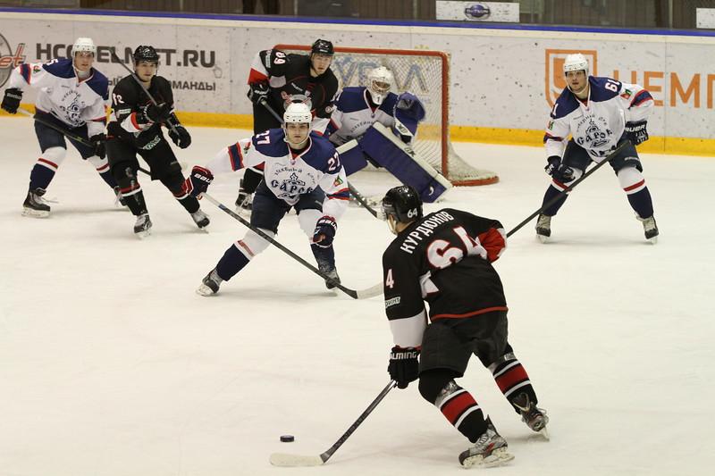 Челябинская команда Высшей хоккейной лиги Челмет обыграла на своём льду хоккейный клуб из Сарова со счётом 3:2.