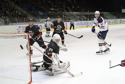 Челябинская команда Высшей хоккейной лиги Челмет обыграла у себя дома саратовский Кристалл со счётом 3:2.