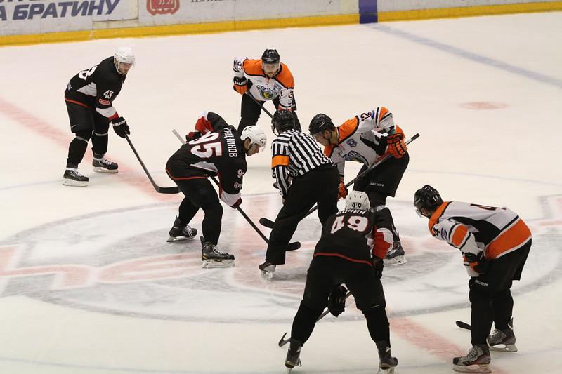Челябинская команда Высшей хоккейной лиги Челмет выиграла по буллитам у Ермака из Ангарска со счётом 5:4 в товарищеском матче.