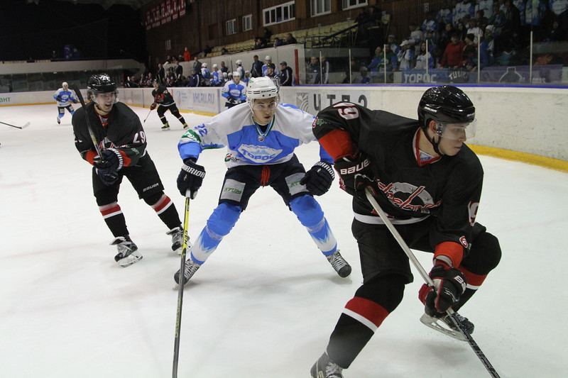 Челябинская команда Высшей хоккейной лиги Челмет обыграла прошлогоднего чемпиона - нефтекамский Торос - у себя на льду со счётом 3:1.