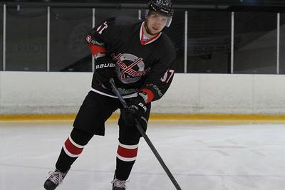 Челябинская команда Высшей хоккейной лиги Челмет уступила в серии буллитов хоккейному клубу из Сарова.
