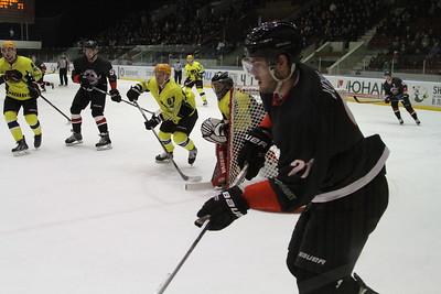 Челябинская команда Высшей хоккейной лиги Челмет проиграла у себя дома Сарыарке из Караганды со счётом 1:2.