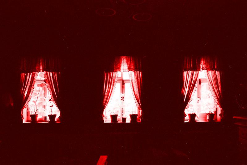 Три красных окна // Three red windows