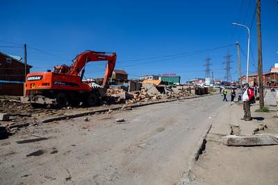 2021 оны есдүгээр сарын 16. НГЗБА-наас 34 дүгээр байрны хажууд байрлах  төмөр бетонон болон тоосгон 15 гарааш буулгаж байна. Чөлөөлсөн  газарт авто замын түгжрэлийг бууруулах зорилгоор хоёр талаараа  явган хүний зорчих хэсэг бүхий  хоёр эгнээ зам барьж өргөсгөх, шинээр гүүр тавина. ГЭРЭЛ ЗУРГИЙГ Б.БЯМБА-ОЧИР/MPA