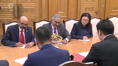 """2017 оны арваннэгдүгээр сарын 08.  Монгол Улсын Ерөнхий сайд У.Хүрэлсүх БНЭУ-ын Элчин сайд Суреш Бабуг өнөөдөр хүлээн авч уулзлаа.  Түүхэн болон соёлын хэлхээ холбоо, ардчиллын үнэт зүйлс, бүс нутаг болон олон улсын энх тайван, тогтвортой байдлыг хамгаалах хоёр талын хамтын хүсэл эрмэлзэлд суурилсан Монгол, Энэтхэгийн харилцаа, хамтын ажиллагаа """"Стратегийн түншлэл""""-ийн зарчмаар тууштай өргөжин хөгжиж байгаад сэтгэл хангалуун байгаагаа Ерөнхий сайд илэрхийллээ.  Мөн өндөр, дээд түвшний айлчлалын үеэр яригдсан асуудлууд хэрэгжиж байгаад талархлаа илэрхийлээд БНЭУ-ын Засгийн газрын нэг тэрбум ам.долларын хөнгөлөлттэй зээлийг үр дүнтэй ашиглахад онцгой анхаарна гэлээ.  Хөнгөлөлттэй зээлийн ерөнхий хэлэлцээр, түүнд тусгасан нэмэлт өөрчлөлтийн дагуу газрын тос боловсруулах үйлдвэрийг дамжуулах шугам хоолойн хамт барьж байгуулах нарийвчилсан ТЭЗҮ-г боловсруулж эхэлсэн байна. Ерөнхий сайд Н.Модигийн айлчлалын үеэр яригдсан нөгөө чухал асуудал нь Мэдээллийн технологийн аутсорсингийн төв байгуулах төсөл юм. Газар зүйн байршил, дэд бүтэц, хүний нөөц зэргийг бодолцоход энэ төв цаашид мэдээллийн  Data center болж өргөжих боломжтой юм. Энэтхэгийн Засгийн газрын хөнгөлөлттэй зээлээр хэрэгжих эдгээр төслийг хэрэгжүүлэх техникийн баг өнөөдөр Улаанбаатарт ирж байна, уулзалт, сургалт зохион байгуулна. Ирэх оны эхний улиралд газрын тосны үйлдвэр байгуулах тендер зарлах боломжтой гэж ноён Элчин сайд Суреш Бабу хэллээ.  Онцгой байдлын ерөнхий газрын 25 албан хаагч Энэтхэг Улсад сургалтад явж байгаа. Хилийн хамгаалах ерөнхий газрын Удирдлагын төв байгуулахад техник, тоног төхөөрөмжийн дэмжлэг үзүүлнэ. Мөн харилцан туршлага солилцох, мэргэжилтэн сургах ажлыг хийнэ зэрэг ажлыг зохион байгуулж байгаа гэж Элчин сайд хэллээ.  Уулзалтын үеэр яригдсан бас нэг асуудал нь Энэтхэг Монголын хооронд шууд нислэгтэй болох талаар санал солилцов. Шууд нислэгтэй болсноор бизнес, аялал жуулчлал хөгжих төдийгүй хөрөнгө оруулагчдыг татна. Мөн дээрх том төслүүдийн ажлыг эрчимжүүлэхэд тустай гэдгийг хоёр тал о"""