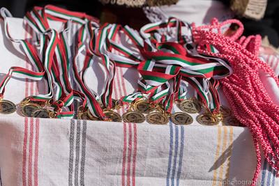 Награждаване на победителите в конните състезания.