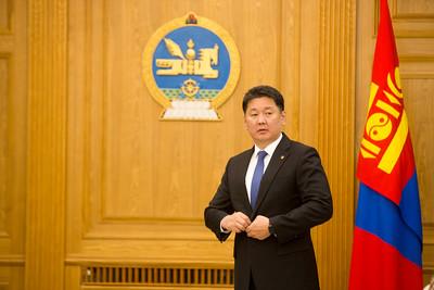 2020 оны тавдугаар сарын 26. Монгол Улсын Ерөнхий сайд У.Хүрэлсүх ОХУ-аас Монгол Улсад суугаа Элчин сайд И.К.Азизовыг өнөөдөр Төрийн ордонд хүлээн авч Ковид-19 цар тахалтай тэмцэж буй ОХУ-ын төр засаг, ард түмэнд манай улсын удирдлага, ард түмнээс үзүүлж буй хүмүүнлэгийн тусламжийн гэрчилгээг гардуулав.   Оросын Холбооны Улс шинэ төрлийн коронавирусын цар тахалд хүндээр өртөж Засгийн газрын хэмжээнд багагүй хүчин чармайлт гаргаж цар тахалтай тэмцэж байгаа билээ. Ковид-19 цар тахалтай тэмцэж буй ОХУ-ын төр засаг, ард түмэнд манай ард түмнээс хүмүүнлэгийн тусламжийн үзүүлэх тухай шийдвэр Үндэсний аюулгүй байдлын зөвлөлийн түвшинд гарсан билээ. Энэхүү хүмүүнлэгийн тусламжийн хүрээнд 76 сая рубль буюу 1 сая ам.доллартай тэнцэх үнэ бүхий мах, махан бүтээгдэхүүнийг ОХУ-д нийлүүлэх бөгөөд энэхүү үйл ажиллагааг ГХЯ, ХХААХҮЯ, МҮХАҮТ, ОБЕГ зэрэг байгууллага хамтран зохицуулан хэрэгжүүлж байна. Монгол Улс, ОХУ-ын хооронд иж бүрэн стратегийн түншлэлийн харилцааг хөгжүүлж байгаа бөгөөд ийнхүү хойд хөршдөө хүмүүнлэгийн тусламж үзүүлэх нь манай хоёр улсын харилцааг улам бэхжүүлэхэд чухал үүрэг гүйцэтгэнэ гэв гэж Засгийн газрын Хэвлэл мэдээлэлтэй харилцах хэлтсээс мэдээллээ. ГЭРЭЛ ЗУРГИЙГ Б.БЯМБА-ОЧИР/MPA
