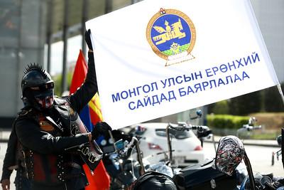 """2020 оны тавдугаар сарын 23.  """"Хүннү"""" олон улсын мото холбооноос зохион байгуулж буй """"Баярлалаа"""" талархлын мото цуваа Сүхбаатарын талбайгаас хөдөллөө. Дэлхийд коронавирусийн халдвар тархаж хүнд байдалтай байгаа энэ үед Монгол Улсын Засгийн газар, Улсын онцгой комисс, Эрүүл мэндийн яам, Цэрэг, цагдаа Тээврийн цагдаа, эмч, сувилагч нарт талархсан сэтгэлээ илэрхийлэв. ГЭРЭЛ ЗУРГИЙГ Б.БЯМБА-ОЧИР/MPA"""