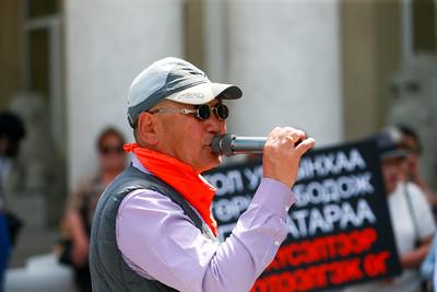 2019 оны зургаадугаар сарын 14.   Бүгд Найрамдах Турк Улсын Истанбул хот дахь Консулын газрын дэд консул Б. Баттүшиг жолооч С.Эрдэнэбаярынхаа хамтаар өнгөрсөн тавдугаар сарын 3-ны өдөр Чех улсаас ХБНГУ-ын хилээр нэвтэрч байх үедээ саатуулагдсан. Тэд дипломат дугаартай автомашиндаа 70 кг герион буюу хар тамхи тээвэрлэж явсан бөгөөд энэ мэдээлэл өнгөрсөн долоо хоногт ил болсон. Иймд энэ асуудлаар Д.Цогтбаатар сайдыг хариуцлагаа хүлээж огцрохыг шаардсан иргэдийн жагсаал өнөөдөр гадаад харилцааны яамны гадаа боллоо. ГЭРЭЛ ЗУРГИЙГ Б.БЯМБА-ОЧИР/MPA