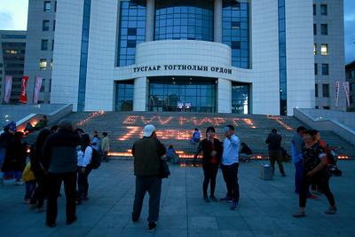 2018 оны долоодугаар сарын 01. 2008 оны долоодугаар сарын нэгэний өдөр амиа алдсан хүмүүст хүндэтгэл үзүүоэн МАН-ын байрны үүдэнд зул асааж хүндэтгэл үзүүллээ. ГЭРЭЛ ЗУРГИЙГ Б.БЯМБА-ОЧИР/MPA