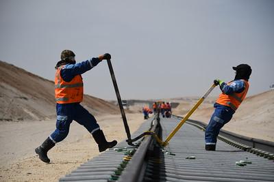 2019 оны дөрөвдүгээр сарын 29. Дорноговь аймгийн Алтанширээ сумын нутагт байгуулахаар төлөвлөсөн Газрын тос боловсруулах үйлдвэрийн дэд бүтцийн бүтээн байгуулалтын ажил. ГЭРЭЛ ЗУРГИЙГ Х.ЭРДЭНЭБУЛГАН  /MPA