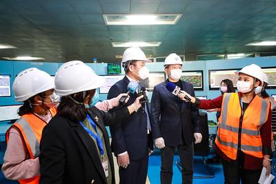 """2021 оны нэгдүгээр  сарын 11. """"ДЦС IV"""" ТӨХК-ийн турбогенератор №3-ын шинэчлэлтийн ажил дуусаж, ажиллагаанд залгалаа. Ингэснээр """"ДЦС IV"""" ТӨХК-ийн цахилгаан эрчим хүч үйлдвэрлэх хүчин чадал 110 МВт-аар нэмэгдэж байна.  Энэ сарын 8-нд системийн оргил ачаалал 1,220 МВт хүрэхэд ДЦС-ын нийлбэр ачаалал 740 МВт-тай явж байсан ба ДЦС дангаараа хангасан.  Өөрөөр хэлбэл төсвийн хүчин чадлын үр дүнд 89 МВт-аар нэмэгдэнэ гэдэг нь арван аймгийн төвийг цахилгаан дулаанаар хангах хэмжээний хүчин чадал нэмэгдэж байна гэсэн үг хэмээн удирдлагууд онцлов.   Эрдэнэбүрэнгийн усан цахилгаан станцын гүйцэтгэгчийн сонгон шалгаруулалтыг энэ сарын 13-нд зарлана.  ГЭРЭЛ ЗУРГИЙГ Б.МАНЛАЙ/MPA"""