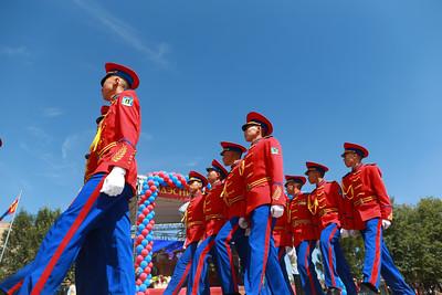 """2019 оны есдүгээр сарын 01.  Монгол Улсын мэргэжлийн боловсролын ууган сургуулийн нэг, Сүхбаатарын болон Байлдааны гавьяаны улаан тугийн одонт, жанжин Д.Сүхбаатарын нэрэмжит Үндэсний Батлан хамгаалах сургуулийн 2019-2020 оны хичээлийн шинэ жилийн нээлтийн ёслол боллоо. Хичээлийн шинэ жилийн нээлтийн ажиллагаанд тус сургуулийн 1985-1989 оны сонсогч, Монгол Улсын Ерөнхий сайд У.Хүрэлсүх болон Монгол Улсын Батлан хамгаалахын сайд Н.Энхболд нар  оролцож, эрдэмтэн багш, сонсогч оюутнууд, сурагчид, тэдний ар гэрийнхэнд баярын мэнд хүргэсэн юм. Сургуулийн шинэ жилийг нээж ҮБХИС-ийн захирал, хурандаа П.Жаргалан индэр дээрээс хэлэх үгийнхээ эхэнд ҮБХИС-д шинээр элсэн орсон болон суралцаж байгаа сонсогч, оюутан, сурагч, эрдмийн хамт олондоо баярын мэнд хүргэе. Өнөөдөр та бүхний өмнө амьдралын шинэ зам, хүсэл мөрөөдлийн хаалга нээгдэж, Зэвсэгт хүчин болоод иргэний салбарын ирээдүйн өнгө төрхийг тодорхойлох их зам угтаж байна. Энэ жилийн хичээлийн шинэ жил түүхт 100 жилийнхээ өмнө тохиож байна гэж онцлов. Үүний дараа Монгол Улсын Ерөнхий сайд У.Хүрэлсүх баяр хүргэж, үг хэлсэн юм. Тэрээр """"Төрөлх сургуульдаа ирэх сайхан байна. Бүх зүйл нь дэндүү дотно. Эрдэмтэн багш нараа эгнэн зогссоныг хараад сэтгэл догдолж байна. Ирээдүйн эх орон, тусгаар тогтнолоо сахин хамгаалах цогтой хөвгүүд, охидыг бэлтгэж байгаа ҮБХИС-ийн бие бүрэлдэхүүнд онцгойлон баяр хүргэе"""" гээд сонсогч, сурагчдын ар гэрийн төлөөлөлтэй уулзаж, сайн сургуульд үр хүүхдээ даатгаж байгаад баярлалаа гэж байлаа. Энэхүү шинэ жилийн ёслолын ажиллагаанд Халхын голын байлдааны ялалтын 80 жилийн ойн хүрээнд зохион байгуулагдаж байгаа монгол, орос залуусын """"Дайчин нөхөрлөлийн замаар"""" тойрон аялагчид оролцсон юм. ГЭРЭЛ ЗУРГИЙГ Б.БЯМБА-ОЧИР/MPA"""