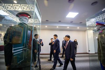 """2020 оны аравдугаар сарын 27. Монгол Улсын Ерөнхий сайд У.Хүрэлсүх өнөөдөр хуульзүйн салбарын зарим байгууллагад зочиллоо.  Сүүлийн жилүүдэд тус салбарт Засгийн газрын тэргүүн биечлэн ажиллаагүйг албан хаагчид онцолж байв. Эхлээд Дотоод хэргийн их сургуулийн сургалт, орчин нөхцөл, үйл ажиллагаатай танилцаж, """"Спорт цогцолбор, номын сан"""", музей,  Эрдмийн зэрэг хамгаалуулах зөвлөлийн танхим,  Албаны бэлтгэлийн буюу байлдааны самбын заал, усан бассейн, Клиник сургалтын гал түймэр унтраах, аврах ангийн техник хэрэгслийн хүчин чадлыг сонирхож, санал солилцлоо Түүнтэй хамт Хуульзүй дотоод хэргийн сайд Х.Нямбаатар, дэд сайд С.Баатаржав, ЕС-ын зөвлөх Ц.Нямдорж, ЗГХЭГ-ын Хууль эрхзүйн газрын дарга Н.Мягмар, ахлах референт Ч.Дондогмаа нар ажиллалаа. Дотоод хэргийн их сургуулийн хотхоны хэтийн хөгжлийн төлөвлөлт, бүтээн байгуулалтын төслийг сургуулийн захирал доктор, профессор, цагдаагийн хурандаа П.Батбаатар танилцуулсан. Жилдээ 5000 гаруй сонсогч бүрэлдэхүүн болон харьяа 11 сургуульд мэргэжлийн боловсрол бакалавр, магистр, докторын шаталсан сургалтын 50 хөтөлбөрийн дагуу суралцан хууль, эрхзүйн салбарт бэлтгэгдэн гарч байна. Цаашид Их сургуулийн бүтцийг өргөтгөж, Шинжлэн магадлахуйн институтийг судалгааны Их сургуулийн загвараар хөгжүүлэх хөтөлбөрийг хэрэгжүүлэх аж. Мөн Шинжлэх ухаан технологийн парк, Мөрдөх албаны сургууль, Тусгай хүчний сургууль, аврах, гал унтраах клиникийн анги, Спорт, албаны дадлага  сургалтын байгууламж, Дотоодын цэргийн ангийг шинээр байгуулах бэлтгэлийг  ханган ажиллаж байгаа гэлээ. Төрийн тусгай албан хаагчдын нэгдсэн эмнэлэг Чингэлтэй дүүргийн иргэдэд үйлчилж эхэлжээ ТТАХНЭ-ийн үйл ажиллагаатай мөн өдөр Монгол Улсын Ерөнхий сайд танилцав. Тус эмнэлэг ХЗДХЯ-ны харьяа агентлаг байгууллагууд болон бусад төрийн тусгай албан хаагчид болон тэдний гэр бүл, чөлөөнд гарсан ахмадууд зэрэг нийт 160 гаруй мянган хүнд эрүүл мэндийн тусламж үйлчилгээ үзүүлж байна. Орчин үеийн стандарт шаардлагад нийцсэн барилга байгууламж, техник, тоног төхөөрөмжөөр хангагдсан бө"""