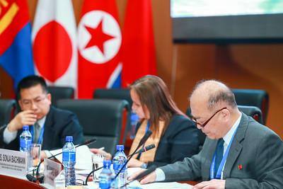 """2018 оны зургаадугаар сарын 14. Зүүн хойд Азийн (ЗХА) аюулгүй байдлын тухай """"Улаанбаатарын яриа хэлэлцээ"""" олон улсын V бага хурал болж байна. Уг хуралд АНУ, БНХАУ, БНЭУ, БНСУ, БНАСАУ, БНФУ, ОХУ, ХБНГУ, Япон Улсын мэргэжилтэн, судлаачид болон НҮБ, Олон улсын Улаан загалмайн нийгэмлэг, Европын холбоо, Ази, Номхон далайн эдийн засгийн хамтын ажиллагаа (АПЕК)  зэрэг олон улсын байгууллагын 150 гаруй төлөөлөгч оролцож байна.   ГЭРЭЛ ЗУРГИЙГ Б.БЯМБА-ОЧИР/MPA"""