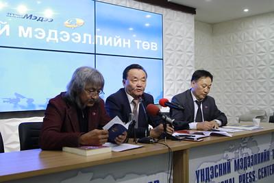 """2019 оны зургаадугаар сарын 7. """"Ардын эрхт түр хурлын төлөө"""" ТББ-аас Зөвлөлдөх санал асуулгын тухай хууль Үндсэн хууль зөрчсөн талаар мэдээлэл хийлээ. ГЭРЭЛ ЗУРГИЙГ Э.ОНОНГОО/MPA"""
