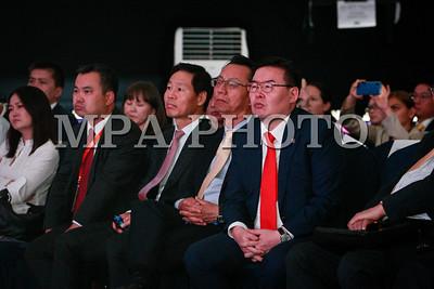 """2019 оны зурагдугаар сарын 20. Монгол Улсын Их Хурлын дарга Г.Занданшатар өнөөдөр /2019.06.20/ """"Инновац ба хөрөнгө оруулалт"""" форумд оролцож, уг арга хэмжээг нээн үг хэллээ. Тэрбээр энэхүү форумыг санаачлагч нь юм. Өнгөрсөн тавдугаар сард Шинжлэх ухааны академи болон их сургуулиудын зарим эрдэм шинжилгээний байгууллагуудын ажилтай танилцсаныхаа дараа Улсын Их Хурлын дарга Г.Занданшатар өрсөлдөх чадвар бүхий инновацийн төсөл, бүтээгдэхүүнийг бий болгоход тулгамдаж буй асуудал, шийдлийг хэлэлцэхийн зэрэгцээ инновацийн төсөл, бүтээгдэхүүнийг зах зээлд амжилттай  нэвтрүүлсэн улс орнуудын туршлагыг солилцох зорилгоор энэхүү форумыг  зохион байгуулахаар санаачилсан байна.    Улсын Их Хурлын дарга Г.Занданшатар форумын нээлтэд хэлсэн үгэндээ, """"Дэлхийн эдийн засгийн форумаас 2017 онд гаргасан """"Дэлхий дахины хүний капиталын талаарх тайлан""""-д  оюуны чадавхи буюу онцгой чадамжтай хүний нөөцөөрөө Монгол Улс дэлхийд 11 дүгээрт эрэмбэлэгдэж, харин """"ноу хау"""" буюу экспортод гаргаж байгаа бүтээгдэхүүнд мэдлэг шингээсэн байдал нь дэлхийн 130 орноос 111 дүгээрт оржээ.  Энэ үзүүлэлт монгол хүмүүс хэдийгээр оюуны өндөр чадавхитай боловч түүнийгээ ашиглан мэдлэг, нэмүү өртөг шингээсэн бүтээгдэхүүн үйлдвэрлэх талаар дэлхийгээс хоцрогдож явааг харуулж байна. Тиймээс өнөөдөр хөндөж буй асуудал инновацийг түгээн дэлгэрүүлэхэд түлхэц болох төдийгүй шинжлэх ухаанд суурилсан бүтээн байгуулалтад эрдэмтэн судлаачид, хувийн хэвшлийн бүтээлч залуусыг татан оролцуулах боломжийг нээсэн алхам болоосой гэж хүсэж байна"""" хэмээн онцоллоо. """"Инновац ба хөрөнгө оруулалт"""" форумд УИХ-ын даргын урилгаар хүрэлцэн ирсэн АНУ-д инновацийн чиглэлээр үйл ажиллагаа явуулдаг """"Кисве Мобайл"""" компанийн Төлөөлөн удирдах зөвлөлийн дарга Жон Ким """"Инновцийг ашиглан амжилтад хүрэх нь"""" сэдвээр сонирхолтой илтгэл тавилаа. Манай улсын их сургууль, эрдэм шинжилгээний байгууллагууд, хувийн хэвшлийн компанийн төлөөллүүд ч мөн сонирхолтой илтгэлүүд хэлэлцүүлсэн юм.  Форумын үеэр Улсын Их Хурлын дарга Г.Занданшатар хэвлэлийнхэнд өгсөн """