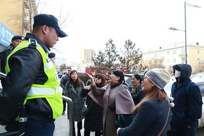 2019 оны дөрөвдүгээр сарын 12.  Монголбанканд өгсөн шаардлагынхаа хариуг Капитал банкны хадгаламж эзэмшигчид хохирогчдын холбоо ТББ шаардав. ГЭРЭЛ ЗУРГИЙГ Б.БЯМБА-ОЧИР/MPA