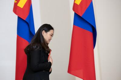 """2021 оны нэгдүгээр сарын 29. Монгол Улсын Ерөнхий сайд Л.Оюун-Эрдэнэ 2021 оны 01 дүгээр сарын 29-ний өдөр захирамж гарган Засгийн газрын гишүүдийг томиллоо.  1. Монгол Улсын Шадар сайд  Сайнбуянгийн Амарсайхан    С.Амарсайхан нь 1973 онд Улаанбаатар хотод төрсөн. 47 настай. 1991 онд Налайх дүүргийн """"Эрдмийн оргил"""" дунд сургууль, 1996 онд АНУ-ын Калифорни Мужийн Пресно хотын институт, 2000 онд АНУ-ын Саут Вест их сургууль төгссөн. Хэл судлал, эрх зүйч мэргэжилтэй. Хууль зүйн ухааны магистр.  1992-1994 онд Шинжлэх ухаан, мэдээлэл технологийн төвд ажилтан, 2000-2004 онд Монгол Улсаас БНХАУ-д суугаа Элчин сайдын яаманд консулын ажилтан, атташе, 2004-2007 онд """"Американ трейд энд девелопмент"""" ХХК-д хөрөнгө оруулалт, гадаад худалдааны менежер, 2007-2017 онд  """"Оюуны-Ундраа"""" группийн  гүйцэтгэх захирал, Ерөнхийлөгч, ТУЗ-ийн дарга, 2012-2020 онд Нийслэлийн Иргэдийн Төлөөлөгчдийн Хурлын төлөөлөгч, тэргүүлэгч, 2016-2017 онд Нийслэлийн Иргэдийн Төлөөлөгчдийн Хурлын Төсөв, санхүү, эдийн засгийн хорооны дарга, 2017-2019 онд Нийслэлийн Иргэдийн Төлөөлөгчдийн Хурлын дарга, 2019-2020 онд Нийслэлийн Засаг дарга бөгөөд Улаанбаатар хотын захирагч, 2020 оноос Улсын Их Хурлын гишүүн, Улсын Их Хурал дахь Монгол Ардын Намын бүлгийн дэд даргаар ажиллаж байна. С.Амарсайхан нь улсад 23 жил, үүнээс төрийн албанд 15 жил ажилласан туршлагатай.  2. Монгол Улсын сайд, Засгийн газрын Хэрэг эрхлэх газрын дарга Цэндийн Нямдорж    Ц.Нямдорж нь 1956 онд Увс аймгийн Малчин суманд төрсөн. 64 настай. 1973 онд Увс аймгийн Малчин сумын найман жилийн сургууль, 1975 онд Увс аймгийн Улаангом хотын арван жилийн 1 дүгээр дунд сургууль, 1976 онд Зөвлөлт Холбоот Улсын Эрхүү хотын Улсын их сургууль, 1981 онд Зөвлөлт Холбоот Улсын Санкт-Петербургийн Улсын их сургууль төгссөн. Хуульч мэргэжилтэй. 1981-1988 онд Улсын ерөнхий прокурорын газарт хэлтсийн прокурор, хэлтэс, тасгийн дарга, 1988-1990 онд Цэргийн ерөнхий прокурорын нэгдүгээр орлогч, 1990 онд БНМАУ-ын Сайд нарын зөвлөлд мэргэжилтэн, 1990-1992 онд Хууль зүйн тэр"""