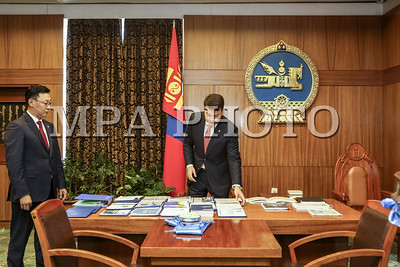 2016 оны долоодугаар сарын 08. Монгол Улсын Ерөнхий сайд асан Ч.Сайханбилэг 29 дэх Ерөнхий сайдаар өнөөдөр томилогдсон Ж.Эрдэнэбатад Засгийн газрын тамгыг шилжүүлэн өглөө.   Ч.Сайханбилэг Ерөнхий сайдаар томилогдсон Ж.Эрдэнэбатад Засгийн газрын тэргүүнээр томилогдсонд нь баяр хүргээд Засгийн газрын санаачлан эхлүүлсэн ажлуудын талаар танилцууллаа. Мөн эдийн засгийн нөхцөл байдлын талаарх мэдээллийг өгч, АСЕМ-ын уулзалт, зуны олимп, өвөлжилтийн бэлтгэл ажил зэрэг ойрын үед анхаарах шаардлагатай хэд хэдэн асуудал байгааг онцлоод ажлын өндөр амжилт хүслээ. ГЭРЭЛ ЗУРГИЙГ Б.БЯМБА-ОЧИР/MPA