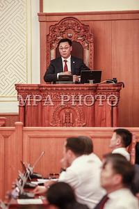 Монгол Улсын Их Хурлын Анхдугаар чуулганы өнөөдрийн /2016.07.08/ нэгдсэн хуралдаанаар хэлэлцсэн эхний асуудал нь Монгол Улсын Ерөнхий сайдыг томилох тухай байлаа.    Монгол Улсын Ерөнхийлөгч Ц.Элбэгдорж Ерөнхий сайдад нэр дэвшигчийг томилуулах саналаа танилцуулсан юм.  Улсын Их Хуралд олонхи болсон МАН-аас Улсын Их Хурлын гишүүн Ж.Эрдэнэбатыг Монгол Улсын Ерөнхий сайдаар томилуулахаар хүргүүлсэн саналыг Монгол Улсын Ерөнхийлөгч дэмжсэн бөгөөд УИХ-ын гишүүн Ж.Эрдэнэбатыг Ерөнхий сайдаар томилуулах саналаа УИХ-д танилцуулав.    Улсын Их Хурлын гишүүн Ж.Эрдэнэбат Худалдаа үйлдвэрлэлийн дээд сургууль, Монголын мэргэшсэн нягтлан бодогчдын институт, Удирдлагын академи, Хөдөө аж ахуйн их сургуулийг төгссөн, Эдийн засгийн ухааны магисрт зэрэгтэй юм байна.  Монгол Улсын Ерөнхий сайдыг томилох асуудлыг Төрийн байгуулалтын байнгын хорооны хуралдаанаар хэлэлцэн, хуралдаанд оролцсон гишүүдийн олонхи УИХ-ын гишүүн Ж.Эрдэнэбатыг Монгол Улсын Ерөнхий сайдаар томилохыг дэмжсэн хэмээн УИХ-ын гишүүн Н.Энхболд танилцуулсан юм.    Хэлэлцэж буй асуудалтай холбогдуулан УИХ-ын гишүүн Ж.Энхбаяр, Б.Бат-Эрдэнэ, Л.Болд, М.Оюунчимэг, Л.Энх-Амгалан, Д.Тэрбишдагва, Г.Занданшатар, Я.Санжмятав, Ч.Хүрэлбаатар нар асуулт асууж, УИХ-ын гишүүн Я.Содбаатар, Ц.Нямдорж, Х.Баделхан, Ж.Батзандан, З.Нарантуяа, Б.Пүрэвдорж нар байр сууриа илэрхийлсэний дараа УИХ-ын гишүүн Ж.Эрдэнэбатыг Монгол Улсын Ерөнхий сайдаар томилох асуудлаар санал хураалт явуулахад хуралдаанд оролцсон гишүүдийн 97.1 хувь нь дэмжин УИХ-ын гишүүн Ж.Эрдэнэбатыг Монгол Улсын Ерөнхий сайдаар томиллоо.    Үүний дараа Монгол Улсын 29 дэх Ерөнхий сайдаар томилогдсон УИХ-ын гишүүн Ж.Эрдэнэбат үг хэлсэн юм.  Тэрбээр, Монгол Улсын иргэдийн их итгэл, эрэлт хэрэгцээ, хүсэлт, хүлээлт дагуулсан, улс орон маань хямралт нөхцөл байдал нүүрлэсэн, хүндхэн энэ цаг үед, Ерөнхий сайдын албыг хаших болсноо гүнээ ухамсарлаж байна.  Ерөнхий сайдын албан үүргийг чин шударгаар хэрэгжүүлж, Монгол Улсын иргэн, айл өрх бүрт шууд тусахаар ашиг орлогыг нь нэмэгдүүлэх,