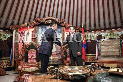 2016  оны долоодугаар сарын 08. Монгол Улсын Ерөнхийлөгч Ц.Элбэгдорж  Монгол Улсын Ерөнхий сайдаар томилогдсон Ж.Эрдэнэбатыг өнөөдөр гэр өргөөндөө хүлээн авч уулзан алд цэнхэр хадаг, мөнгөн аягатай цагаан идээний дээж өргөн барьж Засгийн газрыг удирдах нэр хүндтэй, өндөр хариуцлагатай ажилд нь амжилт хүсэн ерөөлөө.  ГЭРЭЛ ЗУРГИЙГ Б.БЯМБА-ОЧИР/MPA