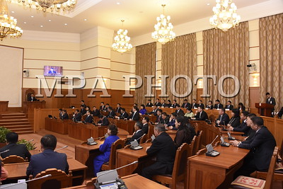 """2017 оны аравдугаар сарын 02. Улсын Их Хурлын 2017 оны намрын ээлжит чуулган өнөөдөр (2017.10.02 ) 10 цаг 10 минутад гишүүдийн 67,1 хувийн ирцтэйгээр эхэллээ. Чуулганы нээлтэд Монгол Улсын Ерөнхийлөгч, Засгийн газрын гишүүний үүрэг гүйцэтгэгчид, Үндсэн хуулийн цэцийн дарга, зарим гишүүд, Улсын дээд шүүхийн ерөнхий шүүгч, Улсын ерөнхий прокурор, Улсын Их Хурлаас удирдлагыг нь томилдог болон ажлаа тайлагнадаг төрийн байгууллагуудын дарга нар, Монгол Улсад суугаа гадаад орнуудын Дипломат төлөөлөгчдийн газрын тэргүүн, олон улсын байгууллагын төлөөллүүд оролцлоо.     Улсын Их Хурлын 2017 оны намрын ээлжит чуулганыг нээж Улсын Их Хурлын дарга М.Энхболд үг хэллээ. Улсын Их Хурлын дарга хэлсэн үгэндээ, Төсвийн бодлогыг эмхлэн цэгцэлж, төсвийн гүйцэтгэл, түүнд тавих хяналтыг сайжруулж, ОУВС-гийн хөтөлбөрийг хэрэгжүүлснээр улс орны эдийн засгийн үзүүлэлтүүд сайжирч эхэллээ. ОУВС-гийн ажлын хэсэг хөтөлбөрийн хэрэгжилтийн эхний шатанд үнэлгээ хийгээд, тавьсан зорилтууд бүрэн биелж байна гэж үзсэн. Давж биелсэн орлогын тал орчим хувиар хуримтлал үүсгэж буй нь зээллэгийн хэмжээг бууруулан, өрийн өсөлтийг хязгаарлах боломж бүрдүүлж байна гэж тэд дүгнэсэн. Эхний хагас жилийн байдлаар эдийн засгийн өсөлт 5.3 хувьд хүрлээ. Цаашид өсөлт нэмэгдэж, инфляци дунд хугацаанд зорилтот 8 хувийн орчимд тогтворжих төлөвтэй байна. Үүнийг үндэслэн Монголбанкны Мөнгөний бодлогын зөвлөл бодлогын хүүг 12 хувьд хэвээр хадгалахаар шийдвэрлэсэн. Эдгээр нь гадаад, дотоод орчноос Монголын эдийн засаг, санхүүгийн байдалд өгч байгаа бодит үнэлгээ, дүгнэлт юм гэдгийг онцолж байлаа.    Мөн тэрбээр, Зарим нааштай өөрчлөлт гарч байгаа ч шинэ Засгийн газрын өмнө хүндрэл бэрхшээлтэй асуудлууд, сорилт шалгуур чамгүй бий. Өрийн хэмжээ нимгэрэх болоогүй, тийм боломж хараахан бүрдээгүй байгаа. 2017 оны наймдугаар сарын байдлаар Засгийн газрын гадаад, дотоод өр, зээллэгийн өнөөгийн үнэ цэнээр тооцсон үлдэгдэл 19.8 их наяд төгрөг буюу дотоодын нийт бүтээгдэхүүний 73.8 хувьтай тэнцэж байна. Он гараад """"Чингис"""", """"Дим Сам"""