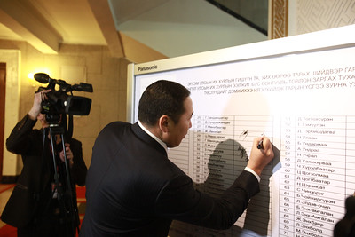 2019 оны нэгдүгээр сарын 10.   УИХ дахь АН-ын бүлгээс УИХ өөрөө тарах болон Ээлжит бус сонгууль товлон зарлах тухай тогтоолын төсөлд гарын үсэг цуглуулж эхэллээ.  Гарын үсэг цуглуулах самбарыг УИХ-ын чуулганы танхимын үүдэнд өнөөдөр байрлуулсан байна. Уг самбарт одоогийн байдлаар АН-ын долоон гишүүн гарын үсэг зуржээ.  Тодруулбал, Д.Эрдэнэбат, С.Эрдэнэ, Д.Мурат, З.Нарантуяа, Б.Пүрэвдорж, Я.Санжмятав, Б.Наранхүү нар уг самбарт гарын үсгээ зурсан байна.    ГЭРЭЛ ЗУРГИЙГ Б.БЯМБА-ОЧИР/MPA