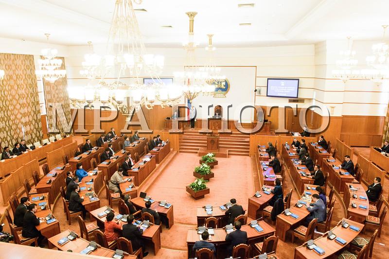 2016 оны дөрөвдүгээр сарын 5. Энэ удаагийн Улсын Их Хурлын бүрэн эрхийн хугацааны сүүлчийн ээлжит чуулган болох Улсын Их Хурлын 2016 оны хаврын ээлжит чуулган өнөөдөр /2016.04.05/ 9 цаг 25 минутад гишүүдийн 52.6 хувийн ирцтэйгээр үйл ажиллагаагаа эхэллээ.<br /> <br /> <br /> <br /> Улсын Их Хурлын хаврын ээлжит чуулганы нээлтэд Монгол Улсын Ерөнхийлөгч Ц.Элбэгдорж болон Засгийн газрын гишүүд, Улсын Их Хурлаас томилогддог болон ажлаа шууд хариуцан тайлагнадаг байгууллагуудын удирдлагууд, мөн улс төрийн намуудын төлөөлөл, гадаад орнуудаас Монгол Улсад суугаа дипломат төлөөлөгчдийн байгууллагын тэргүүн нар оролцов.<br /> <br /> Улсын Их Хурлын 2016 оны хаврын ээлжит чуулганыг нээж Улсын Их Хурлын дарга З.Энхболд үг хэллээ. Тэрбээр хэлсэн үгэндээ, УИХ-ын 2016 оны хаврын ээлжит чуулган нь энэ УИХ-ын бүрэн эрхийн сүүлчийн чуулган гэдгээрээ онцлогтойг тэмдэглээд хаврын ээлжит чуулганаар хэлэлцэх асуудлын талаар дурдав. ГЭРЭЛ ЗУРГИЙГ Б.БЯМБА-ОЧИР/MPA