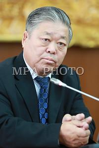 2016 оны наймдугаар сарын 31. УИХ-ын Хууль зүйн байнгын хорооны дарга Ш.Раднаасэд, УИХ-ын гишүүн, Хууль зүй, дотоод хэргийн сайд С.Бямбацогт, Хүний эрхийн комиссын дарга Ж.Бямбадорж нар өнөөдөр /2016.08.31/ сэтгүүлчдэд мэдээлэл хийлээ.  Монгол Улсын Их Хурал 2016 оны 08 дугаар сарын 30-ны өдөр Эрүүгийн хуульд өөрчлөлт оруулах тухай, Эрүүгийн хуулийг дагаж мөрдөх журмын тухай хуульд өөрчлөлт оруулах тухай, Зөрчлийн тухай хуульд өөрчлөлт оруулах тухай хуулиудыг баталж, 2015 оны 12 дугаар сарын 03-ны өдөр баталсан Эрүүгийн хууль, 2015 оны 12 дугаар сарын 04-ний өдөр баталсан Зөрчлийн тухай, 2016 оны 05 дугаар сарын 13-ны өдөр баталсан Эрүүгийн хуулийг дагаж мөрдөх журмын тухай хуулиудын дагаж мөрдөх хугацааг 2017 оны 07 дугаар сарын 01-ний өдрөөс эхлэн дагаж мөрдөхөөр тогтоосон талаар Хууль зүйн байнгын хорооны дарга Ш.Раднаасэд мэдээллийн эхэнд танилцуулсан.    Тэрбээр, Эдгээр хуулийг хэрэгжүүлэхийн тулд процессын хуулиудыг баталсан байх учиртай. Гэвч процессын хуулиудыг баталсан гэж байгаа ч хуулийн дагуу хүчин төгөлдөр болоогүй. Үүнээс үүдэн хуулийг хэрэгжүүлэх бэлтгэл ажил хангагдаагүй хэмээлээ.  Тиймээс ч хуулийн байгууллагуудаас ирүүлсэн саналыг үндэслэн 2016 оны 05 дугаар сарын 13-ны өдөр баталсан Эрүүгийн хэрэг хянан шийдвэрлэх тухай, Хууль сахиулах ажиллагааны тухай, 2016 оны 05 дугаар сарын 20-ны өдөр баталсан Прокурорын байгууллагын тухай, Шүүхийн шийдвэр гүйцэтгэх тухай хуулиудыг хууль санаачлагч буюу Монгол Улсын Засгийн газарт, 2016 оны 05 дугаар сарын 19-ний өдөр баталсан Гэр бүлийн хүчирхийлэлтэй тэмцэх тухай хуулийг хууль санаачлагч буюу Монгол Улсын Ерөнхийлөгчид тус тус буцаахаар шийдвэрлэсэн талаар мэдээлсэн юм.    Хүний эрхийн үндэсний комиссын дарга Ж.Бямбадорж, Хуулийн дагуу хүчин төгөлдөр болоогүйгээс хууль санаачлагчид буцаасан хуулийн дотор Гэр бүлийн хүчирхийлэлтэй тэмцэх тухай хууль багтаж байгаа. Гэр бүлийн хүчирхийлэлтэй тэмцэх тухай хуулийг буцаасантай холбогдуулан иргэний нийгмийн байгууллагууд надад хандсан. Энэ хуулийг аль болох түргэн