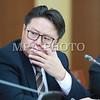 2016 оны наймдугаар сарын 31.<br /> УИХ-ын Хууль зүйн байнгын хорооны дарга Ш.Раднаасэд, УИХ-ын гишүүн, Хууль зүй, дотоод хэргийн сайд С.Бямбацогт, Хүний эрхийн комиссын дарга Ж.Бямбадорж нар өнөөдөр /2016.08.31/ сэтгүүлчдэд мэдээлэл хийлээ.<br /> <br /> Монгол Улсын Их Хурал 2016 оны 08 дугаар сарын 30-ны өдөр Эрүүгийн хуульд өөрчлөлт оруулах тухай, Эрүүгийн хуулийг дагаж мөрдөх журмын тухай хуульд өөрчлөлт оруулах тухай, Зөрчлийн тухай хуульд өөрчлөлт оруулах тухай хуулиудыг баталж, 2015 оны 12 дугаар сарын 03-ны өдөр баталсан Эрүүгийн хууль, 2015 оны 12 дугаар сарын 04-ний өдөр баталсан Зөрчлийн тухай, 2016 оны 05 дугаар сарын 13-ны өдөр баталсан Эрүүгийн хуулийг дагаж мөрдөх журмын тухай хуулиудын дагаж мөрдөх хугацааг 2017 оны 07 дугаар сарын 01-ний өдрөөс эхлэн дагаж мөрдөхөөр тогтоосон талаар Хууль зүйн байнгын хорооны дарга Ш.Раднаасэд мэдээллийн эхэнд танилцуулсан.<br /> <br /> <br /> <br /> Тэрбээр, Эдгээр хуулийг хэрэгжүүлэхийн тулд процессын хуулиудыг баталсан байх учиртай. Гэвч процессын хуулиудыг баталсан гэж байгаа ч хуулийн дагуу хүчин төгөлдөр болоогүй. Үүнээс үүдэн хуулийг хэрэгжүүлэх бэлтгэл ажил хангагдаагүй хэмээлээ.<br /> <br /> Тиймээс ч хуулийн байгууллагуудаас ирүүлсэн саналыг үндэслэн 2016 оны 05 дугаар сарын 13-ны өдөр баталсан Эрүүгийн хэрэг хянан шийдвэрлэх тухай, Хууль сахиулах ажиллагааны тухай, 2016 оны 05 дугаар сарын 20-ны өдөр баталсан Прокурорын байгууллагын тухай, Шүүхийн шийдвэр гүйцэтгэх тухай хуулиудыг хууль санаачлагч буюу Монгол Улсын Засгийн газарт, 2016 оны 05 дугаар сарын 19-ний өдөр баталсан Гэр бүлийн хүчирхийлэлтэй тэмцэх тухай хуулийг хууль санаачлагч буюу Монгол Улсын Ерөнхийлөгчид тус тус буцаахаар шийдвэрлэсэн талаар мэдээлсэн юм.<br /> <br /> <br /> <br /> Хүний эрхийн үндэсний комиссын дарга Ж.Бямбадорж, Хуулийн дагуу хүчин төгөлдөр болоогүйгээс хууль санаачлагчид буцаасан хуулийн дотор Гэр бүлийн хүчирхийлэлтэй тэмцэх тухай хууль багтаж байгаа. Гэр бүлийн хүчирхийлэлтэй тэмцэх тухай хуулийг буцаасантай холбогдуу
