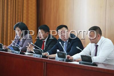 Монгол Улсын Ерөнхийлөгч Авлигын эсрэг хуулийн 21 дүгээр зүйлийн 21.1 дэх хэсэгт заасан бүрэн эрхийнхээ хүрээнд Авлигатай тэмцэх газрын даргаар Хүрэлсүхийн Энхжаргалыг томилуулах саналаа УИХ-д хүргүүлсэн юм. Монгол Улсын Ерөнхийлөгчийн саналыг Монгол Улсын Ерөнхийлөгчийн Хүний эрх, хуулийн бодлогын зөвлөх Ч.Өнөрбаяр нэгдсэн хуралдаанд танилцууллаа.    Хүрэлсүхийн Энхжаргал нь НАХЯамны дэргэдэх Цэргийн дээд сургуулийг хуульч мэргэжлээр, Төрийн захиргаа удирдлагын хөгжлийн институтыг Төрийн удирдлагын менежерээр тус тус дүүргэжээ. Тэрээр Налайх дүүргийн Цагдан сэргийлэх хэлтэст Өмчийн төлөөлөгч, ахлах төлөөлөгч, Эрдэнэт хотын Цагдаагийн хэлтэст Эдийн засгийн ахлах төлөөлөгч, Төв аймгийн Цагдаагийн газрын дэд дарга, дарга, Баянзүрх дүүргийн Цагдаагийн хэлтсийн дарга, Замын цагдаагийн газрын даргаар тус тус томилогдон ажиллаж байсан бөгөөд одоо Цагдаагийн Ерөнхий газрын Мэдээлэл технологийн төвийн даргаар ажиллаж байгаа юм байна.  Хэлэлцэж буй асуудалтай холбогдуулан УИХ-ын гишүүд асуулт асууж, байр сууриа илэрхийлсэний эцэст нь санал хураалт явуулахад хуралдаанд оролцсон гишүүдийн 88.1 хувь нь дэмжсэнээр Авлигатай тэмцэх газрын даргаар Х.Энхжаргалыг томиллоо хэмээн УИХ-ын Тамгын газрын Хэвлэл мэдээлэл, олон нийттэй харилцах хэлтсээс мэдээллээ.  ГЭРЭЛ ЗУРГИЙГ Б.БЯМБА-ОЧИР/MPA