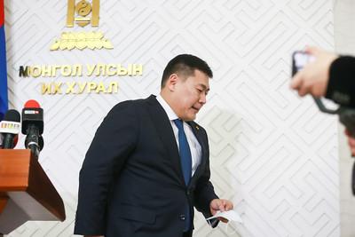 """2020 оны нэгдүгээр сарын 31. Монгол Улсын сайд, ЗГХЭГ-ын дарга Л.Оюун-Эрдэнэ """"Монгол Улсын урт хугацааны хөгжлийн бодлого 2050""""-ыг УИХ-ын даргад өргөн барилаа.    ГЭРЭЛ ЗУРГИЙГ Б.БЯМБА-ОЧИР/MPA"""