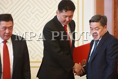 2017 оны аравдугаар сарын 04. Улсын Их Хурлын 2017 оны намрын ээлжит чуулганы анхны нэгдсэн хуралдаан өнөөдөр (2017.10.04) 10 цаг 57 минутад 56.6  хувийн ирцтэй эхэлж, Монгол Улсын Ерөнхий сайдыг томилох тухай асуудал хэлэлцэв.  Эхлээд Монгол Улсын Ерөнхийлөгч Х.Баттулга Монгол Улсын Ерөнхий сайдыг томилуулах тухай саналаа чуулганы нэгдсэн хуралдаанд танилцуулсан юм.  Улсын Их Хурлын дарга, Монгол Ардын Намын дарга М.Энхболд МАН-ын Бага хурлын гишүүдийн олонхийн санал авсан МАН-ын Удирдах зөвлөлийн гишүүн Ухнаагийн Хүрэлсүхийг Монгол Улсын Ерөнхий сайдад нэр дэвшүүлэхээр зөвшилцөх саналыг Монгол Улсын Ерөнхийлөгч Х.Баттулгад 2017 оны 09 дүгээр сарын 27-ны өдөр өргөн барьсан. Энэ дагуу зөвшилцөх саналд Монгол Улсын Ерөнхийлөгч Х.Баттулга 2017 оны 09 дүгээр сарын 27-ны өдөр албан бичгээр хариу илгээсэн.     Монгол Улсын Ерөнхийлөгч Х.Баттулга чуулганы нэгдсэн хуралдаанд хийсэн танилцуулгадаа, Монгол Улсын Их Хурлын 2017 оны сонгуулийн дүнгээр байгуулагдсан Засгийн газрыг огцруулсан тул Монгол Ардын Нам нь Ухнаагийн Хүрэлсүхийг Монгол Улсын Ерөнхий сайдад нэр дэвшүүлэн 2017 оны 09 дүгээр сарын 27-ны өдөр Монгол Улсын Ерөнхийлөгчид өргөн мэдүүлсэн.  Монгол Улсын Үндсэн хуулийн Гучин гуравдугаар зүйлийн 1 дэх хэсгийн 2-т заасан бүрэн эрхийнхээ дагуу Ухнаагийн Хүрэлсүхийг Монгол Улсын Ерөнхий сайдаар томилох саналыг Монгол Улсын Их Хуралд оруулж байна. Ухнаагийн Хүрэлсүхийг Монгол Улсын Ерөнхий сайдаар томилох асуудлыг хэлэлцэн шийдвэрлэхийг хүсье.  Нэр дэвшигч У.Хүрэлсүх нь хууль, шударга ёсыг дээдэлж, нийтийн эрх ашгийн төлөө ихийг хийж бүтээн, тулгамдсан бэрхшээлтэй асуудлыг шийдвэрлэхэд хамтран ажиллана гэдэгт итгэж байна гээд Ерөнхий сайдад нэр дэвшигчийн товч намтрыг танилцуулсан юм.     Монгол Улсын Ерөнхий сайдад нэр дэвшигч Ухнаагийн Хүрэлсүх нь 1968 онд төрсөн, эхнэр, хоёр хүүхдийн хамт амьдардаг. 1975-1985 онд нийслэлийн 10 жилийн хоёрдугаар дунд сургууль, 1985-1989 онд Батлан хамгаалахын их сургууль, 1992-1994 онд Төрийн захиргаа, удирдлагын хөгжлийн институт,