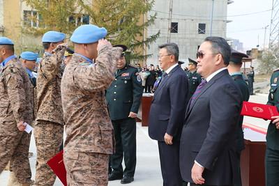 """2019 оны аравдугаар сарын 11. Энхийг дэмжих ажиллагаанд Монгол Улсын Зэвсэгт хүчний гүйцэтгэх үүрэг, оролцоо тасралтгүй нэмэгдэж, Монголын цэргийн ажиглагчид, цэргийн багууд, цэргийн эмч, сувилагч нар дэлхий дахинаа энх амгалан байдлыг сахиулах, шинэ тулгар тусгаар улсын ард түмний нийтлэг эрх ашгийг хамгаалах, тусгаар тогтнол, ардчиллыг бэхжүүлэхэд дэмжлэг туслалцаа үзүүлж ирснээр манай улсын дэлхийн тавцанд эзлэх байр суурь баталгаажин бэхжиж, Монгол Улсын тусгаар тогтнол, оршин тогтнохын аюулгүй байдал баттай хангагдах нөхцлийг бүрдүүлж байна.  Анх 1948 онд Араб Израйлын хооронд байгуулсан гал зогсоох хэлэлцээрийг хянах үүрэг бүхий цэргийн ажиглагчдаас бүрдсэн НҮБ-ын анхны энхийг сахиулах ажиллагаа эхэлсэн түүхтэй. Одоогийн байдлаар, НҮБ-ын 14 энхийг сахиулах ажиллагаанд дэлхийн 125 орны 100 мянга гаруй энхийг сахиулагч 2002 оноос хойш Монгол Улсаас 17000 гаруй цэнхэр дуулгатан үүрэг гүйцэтгэж байна. Ийнхүү БНӨСУ-д явагдаж буй НҮБ-ын энхийг сахиулах """"UNMISS"""" ажиллагаанд үүрэг гүйцэтгтэсэн VIII ээлжийн мотобуудлагын батальоны бие бүрэлдэхүүнд өнөөдөр төрийн болон батлан хамгаалах салбарын одон медаль гардуулах ёслолын ажиллагаа боллоо. Ёслолын ажиллагаанд Монгол Улсын Ерөнхийлөгч, Зэвсэгт хүчний Ерөнхий командлагч Х.Баттулга, УИХ-ын Аюулгүй байдал, гадаад бодлогын байнгын хорооны дарга Т.Аюурсайхан, Монгол Улсын Ерөнхийлөгчийн  Батлан хамгаалах бодлого, аюулгүй байдлын асуудал хариуцсан зөвлөх дэслэгч генерал Д.Даваа, Батлан хамгаалахын сайд Н.Энхболд, ЗХЖШ-ын дарга хошууч генерал Д.Ганзориг, БХЯ, ЗХЖШ, ХЗЦК, АЦК, ХХЕГ, ОБЕГ, ЦЕГ, ТЕГ, ШШГЕГ-ын удирдлага, албаны бусад хүмүүс, Бүгд Найрамдах Өмнөд Судан Улсад үүрэг гүйцэтгэсэн мотобуудлагын батальоны бие бүрэлдэхүүн, тэдний ар гэрийн төлөөлөл оролцов. Монгол Улсын Ерөнхийлөгч, Зэвсэгт хүчний Ерөнхий командлагч Х.Баттулга энэхүү ажиллагааг нээж хэлсэн үгэндээ """"НҮБ-аас БНӨСУ-д явагдаж буй тухайн улсад төдийгүй бүс нутагтаа тогтвортой байдлыг бий болгоход онцгой ач холбогдолтой энхийг дэмжих ажиллагаанд Монгол Улсын э"""