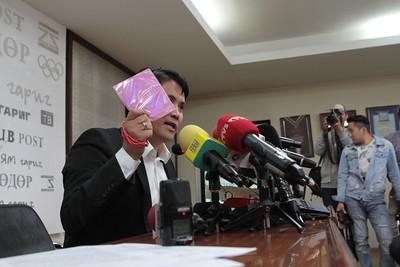 2019 оны зургаадугаар сарын 03. МСНЭ-ийн ерөнхийлөгч Х.Мандахбаяр МСНЭ-ийн Ерөнхийлөгчийн сонгуульт албан тушаалаас өөрийн хүсэлтээр түдгэлзэх зэрэг асуудлаар мэдээлэл хийлээ. ГЭРЭЛ ЗУРГИЙГ Э.ОНОНГОО/MPA