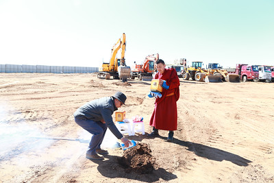 """2019 оны дөрөвдүгээр сарын 14. Монгол Улсын Ерөнхийлөгч Х.Баттулга өнөөдөр Хан-Уул дүүргийн VIII хороонд баригдаж буй өвлийн спортын """"Мөсөн ордон""""-ы шав тавих ёслолын арга хэмжээнд хүрэлцэн очлоо.  Шав тавих ёслолын эхэнд бүтээн байгуулалтын ажлыг хариуцаж буй """"Степпа Арена"""" компанийн удирдлагууд өвлийн спортын ордныг 16 сарын дотор ашиглалтад оруулахаар эрчимтэй ажиллана гэсэн бөгөөд байгууламжтай холбоотой зарим мэдээллийг өгсөн юм.  Тухайлбал, энэхүү ордонг:    5700 м.кв ашиглалтын талбайтай, 2600 хүртэлх үзэгчийн суудалтай, Олон Улсын Олимпын хорооны стандарт хэмжээс болох 60м-30м мөсөн гулгуурын талбайтай, Хөгжлийн бэрхшээлтэй иргэдэд зориулсан зам, талбайтай Хойд америк, Европын орнуудад өргөн ашиглаж буй мөсөн талбайн зориулалтын хөргөлтийн төхөөрөмж, агаар сэлгэлтийн системтэй, Танхим тасалгаа, мөсөн гулгуурын талбайг спортын бусад төрлийн уралдаан тэмцээн, соёл урлагийн арга хэмжээ, тоглолтод зориулан хөрвөн өөрчлөх боломжтой байхаар төлөвлөжээ. Энэхүү төлөвлөгөө, барилгын зураг төслийг дотоодын """"Анаграм"""" ХХК, Канадын HDR/CEI, болон VDA компаниудтай хамтран Олон улсын хоккейн холбооны заавар, зөвлөмжийг баримтлан боловсруулсан байна.  Өвлийн спортын ордны танилцуулгыг сонссоны дараа Монгол Улсын Ерөнхийлөгч Х.Баттулга бүтээн байгуулалтыг цаг, хугацаанд нь багтаан дуусгах ёстойг онцлон хэлээд шав тавих ёслолын арга хэмжээнд оролцохоор ирсэн зочид төлөөлөгчдөд хандан үг хэлэв.  МОНГОЛ УЛСЫН ЕРӨНХИЙЛӨГЧ Х.БАТТУЛГА: """"Хүрэлцэн ирсэн Та бүхэнд энэ өдрийн мэнд хүргэе. Хоккейн спорт өндөр хөгжсөн улс, орнуудын Элчин сайд нар, дотоодын компаниудын төлөөлөл болон олон иргэн мөсөн ордны шав тавих ёслолд хүрэлцэн ирсэн байна. Та бүхэнд баярлалаа.  Монголчууд бид эвлэн нэгдэх аваас хүссэн зорьсноо биелүүлдэг ард түмэн гэдгээ олон зүйлээр батлан харуулдаг нэгэн жишээ, үлгэр авахуйц ажил бол энэхүү """"Мөсөн өргөө""""-г бүтээн байгуулахаар хөрөнгө мөнгө, хүч чадлаа нэгтгэсэн үндэсний аж ахуйн нэгжүүдийн шийдвэр юм.  Монгол Улсын Ерөнхийлөгчийн ивээл дор 2020 оны наймдугаар сард"""