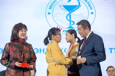 """2019 оны аравдугаар сарын 25. Монголын эмч нарын VI дугаар их хурал """"Эрүүл мэнд-Хөгжлийн тулгуур"""" уриатайгаар боллоо. Тус хурлаар Эрүүл мэндийн салбарын тархи, зүрх болсон эмч нар хүн амын эрүүл мэндийг хамгаалах их үйлсдээ олсон амжилт бүтээл, тулгамдсан асуудал, цаашид хэрэгжүүлэх бодлого чиглэлээ ярилцаж, санал, бодлоо солилцох юм. Монгол орны өнцөг булан бүрээс ирсэн 800 гаруй эмч нар оролцсон юм. ГЭРЭЛ ЗУРГИЙГ Б.БЯМБА-ОЧИР/MPA"""
