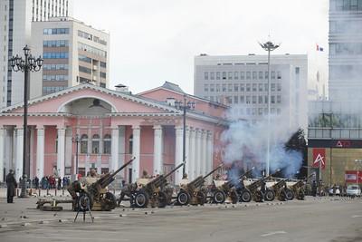 """2021 оны гуравдугаар сарын 18. Монгол Улсад орчин цагийн Зэвсэгт хүчин үүсэж хөгжсөний 100 жилийн ой, """"Монгол цэргийн өдөр"""" өнөөдөр тохиож байна.  Энэ өдрийг тохиолдуулан Төв талбайд морь цаг буюу 11:40 цагт ЗиС-3 загварын 76 мм-ийн туушин буугаар ёслолын буудлага хийлээ. Ёслолын буудлагын үеэр төрийн далбаагаа мандуулан, төрийн дууллаа эгшиглүүлсэн юм.  ЗХЖШ-ын төлөөлөл """"Монгол эх орныхоо эрх чөлөө, тусгаар тогтнол, нутаг дэвсгэрийн бүрэн бүтэн, аюулгүй байдал, халдашгүй дархан байдлаа хангахын төлөө цэрэг эрс үеийн үед зүтгэж ирсэн баатарлаг уламжлалтай.  Орчин цагийн зэвсэгт хүчний түүх 1921 оны 3 дугаар сарын 18-ны өдөр Шивээ Хиагтыг харийн дайснаас чөлөөлснөөр энэхүү баярыг улс орон даяар тэмдэглэх болсон.   1946 онд Улсын Бага хурлын тэргүүлэгчдийн 32 дугаар тогтоолоор Монгол ардын хувьсгалт цэргийн өдөр болгосон. 2003 онд УИХ-ын тогтоолоор Зэвсэгт хүчний өдөр болгож, улмаар 2010 онд хуульд өөрчлөлт оруулж Монгол цэргийн өдөр болгосон юм.  Монгол цэргийн өдөр, Зэвсэгт хүчний ойг монголын иргэд жил бүрийн 3 дугаар сарын 18-ны өдөр тэмдэглэж ирсэн.   Үеийн үед Монгол эх орныхоо төлөө 1921 онд тэмцэж ирсэн, түүнээс хойш 1939 оны Халхын голын байлдаан, 1945 оны чөлөөлөх дайн, 1947, 1948 оны баруун хилийн тулгаралтад оролцож явсан эх орончид тэдний гэр бүл, үр хүүхдүүдээр бид ямагт бахархаж явдаг""""  гэв.  ГЭРЭЛ ЗУРГИЙГ Б.БЯМБА-ОЧИР/MPA"""