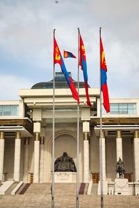 """2021 оны гуравдугаар сарын 18. Монгол Улсад орчин цагийн Зэвсэгт хүчин үүсэж хөгжсөний 100 жилийн ой, """"Монгол цэргийн өдөр"""" өнөөдөр тохиож байна.  Энэ өдрийг тохиолдуулан Төв талбайд морь цаг буюу 11:40 цагт ЗиС-3 загварын 76 мм-ийн туушин буугаар ёслолын буудлага хийлээ. Ёслолын буудлагын үеэр төрийн далбаагаа мандуулан, төрийн дууллаа эгшиглүүлсэн юм.  ЗХЖШ-ын төлөөлөл """"Монгол эх орныхоо эрх чөлөө, тусгаар тогтнол, нутаг дэвсгэрийн бүрэн бүтэн, аюулгүй байдал, халдашгүй дархан байдлаа хангахын төлөө цэрэг эрс үеийн үед зүтгэж ирсэн баатарлаг уламжлалтай.  Орчин цагийн зэвсэгт хүчний түүх 1921 оны 3 дугаар сарын 18-ны өдөр Шивээ Хиагтыг харийн дайснаас чөлөөлснөөр энэхүү баярыг улс орон даяар тэмдэглэх болсон.   1946 онд Улсын Бага хурлын тэргүүлэгчдийн 32 дугаар тогтоолоор Монгол ардын хувьсгалт цэргийн өдөр болгосон. 2003 онд УИХ-ын тогтоолоор Зэвсэгт хүчний өдөр болгож, улмаар 2010 онд хуульд өөрчлөлт оруулж Монгол цэргийн өдөр болгосон юм.  Монгол цэргийн өдөр, Зэвсэгт хүчний ойг монголын иргэд жил бүрийн 3 дугаар сарын 18-ны өдөр тэмдэглэж ирсэн.   Үеийн үед Монгол эх орныхоо төлөө 1921 онд тэмцэж ирсэн, түүнээс хойш 1939 оны Халхын голын байлдаан, 1945 оны чөлөөлөх дайн, 1947, 1948 оны баруун хилийн тулгаралтад оролцож явсан эх орончид тэдний гэр бүл, үр хүүхдүүдээр бид ямагт бахархаж явдаг""""  гэв.  ГЭРЭЛ ЗУРГИЙГ Г.САНЖААНОРОВ/MPA"""