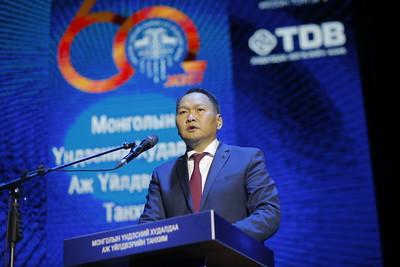 """2020 оны есдүгээр сарын 25. Монголын Үндэсний худалдаа аж үйлдвэрийн танхим /МҮХАҮТ/-ын 60 жилийн түүхт ойн энэ өдрүүдэд тохиож байна. Монгол Улсын Ерөнхий сайд У.Хүрэлсүх ойн баярын хуралд оролцон баяр хүргэж үг хэлэв.    Тэрээр МҮХАҮТ бизнесийн орчинг сайжруулах,  хувийн хэвшлийг хөгжүүлэх, бодлогын өмгөөлөл болон бизнесийг дэмжин урамшуулах,  нийгмийн хариуцлагатай бизнесийг хөгжүүлэх, төр-хувийн хэвшлийн хэлэлцлийг хөгжүүлэх, төр, засагтай хамтран ажиллаж, үр дүнд хүрч байгааг тэмдэглэв. МҮХАҮТ цаашид бизнес эрхлэгчдэд шаардлагатай байгаа судалгаа шинжилгээ хийх, олон улсын туршлагыг судлан оруулж ирэх гүүр нь болох, бизнес эрхлэгчдийн хоорондын эв эе, харилцаа холбоог сайжруулах чиглэлээр ажиллана гэдэгт итгэлтэй байгаагаа хэлэв.  """"Хувийн хэвшлийнхэн дотооддоо өөр хоорондоо өрсөлдөх биш, харин дэлхийн зах зээлд нэвтэрч, цар хүрээгээ тэлэх ёстой. Ерөнхий сайдын хувьд дэлхийн зах зээлд өрсөлдөх чадвартай үндэсний компаниудыг  бий болгохын төлөө бүх талын дэмжлэг үзүүлнэ"""" гэв.  Монгол Улсын Засгийн газар:  -       Дотоод, гадаадын хөрөнгө оруулалт, өмчийн эрхийг хамгаалах бодлого зохицуулалтыг боловсронгуй болгох  -       Засгийн газрын сангуудыг нэгтгэн хувийн хэвшлийг дэмжих, олон нийтэд нээлттэй, хяналттай тогтолцоонд шилжүүлэх  -       Төрийн албаны сахилга хариуцлагыг дээшлүүлж, чадавхийг бэхжүүлэх, цахим засаглалыг хөгжүүлэх  -       Төсвийн тэнцвэржүүлсэн алдагдлыг үе шаттай бууруулах  -       Хөдөө аж ахуйн бүтээгдэхүүний боловсруулалтын түвшинг нэмэгдүүлэх, уул уурхайн бус экспортыг хэмжээг өсгөх, томоохон төслүүдийг хөдөлгөх замаар эдийн засгийн өсөлтийг хангаж, ажилгүйдэл, ядуурлыг бууруулах  -       Бизнес дэх төрийн оролцоо, хүнд суртлыг бууруулж, авилгыг арилгах чиглэлээр ажиллаж байгааг хэлэв.  Ковид-19 цах тахлын улмаас хүндэрсэн эдийн засгийг сэргээхэд төр, хувийн хэвшлийн харилцан ойлголцол, хамтын ажиллагаа чухал гэдгийг онцлов. Хувийн хэвшил, бизнесийнхэн Дотоодын нийт бүтээгдэхүүний 75 хувийг үйлдвэрлэдэг бөгөөд улсын төсвийн орлогын 80 орчим """