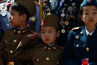 """2019 оны тавдугаар сарын 09.                                                      Аугаа их эх орны дайны ялалтын баярыг тохиолдуулан БХЯ, ОХУ-ын Элчин сайдын яамны удирдлагууд Зайсан толгой дахь Зөвлөлтийн дайчдын хөшөөнд цэцэг өргөлөө. Мөн Офицеруудын ордноос Жуковын хөшөө хүртэл """"Мөнхөд дурсагдах дайчид"""" хүндэтгэлийн жагсаал боллоо.                                         ГЭРЭЛ ЗУРГИЙГ Б.БЯМБА-ОЧИР/MPA"""