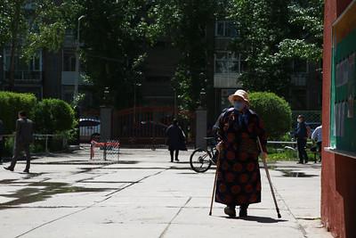 """2021 оны зургадугаар сарын 9.  Монгол Улсын найм дахь удаагийн Ерөнхийлөгчийн сонгуулийн санал хураалт орон даяар өнөөдөр 07:00 цагт эхэллээ. Санал хураалт 22:00 цаг хүртэл үргэлжилнэ.  МАН-аас У.Хүрэлсүх, АН-аас С.Эрдэнэ, """"Зөв ХҮН электорат"""" эвслээс Д.Энхбат нар Ерөнхийлөгчийн сонгуульд нэр дэвшин өрсөлдөж байна. Энэ удаагийн сонгуулиар манай улсын зургаа дахь Ерөнхийлөгч тодрох бөгөөд өмнөх сонгуулиудаас онцлогтой.  Тодруулбал, Ерөнхийлөгчийг үндэсний эв нэгдлийг илэрхийлэгч байлгахын тулд нэр дэвшигчийн насны доод хязгаарыг 45 байсныг 50 болгож, дөрвөн жилээр хоёр удаа сонгогдох боломжтой байсныг зургаан жилээр нэг удаа сонгогдох зохицуулалтыг 2019 онд шинэчлэн баталсан Үндсэн хуулиар хуульчилсан.  Өмнөх таван Ерөнхийлөгчөөс П.Очирбат, Н.Багабанди, Ц.Элбэгдорж нар Монгол Улсын Ерөнхийлөгчөөр тус тус хоёр удаа сонгогдож байсан бол цаашид дээр дурдсанчлан зургаан жилийн хугацаанд Ерөнхийлөгчөөр ажилласан хүнийг дахин нэр дэвшүүлэхгүй байхаар хуульд тусгаад буй.  Ерөнхийлөгч нарын бүрэн эрхийн хугацаа:  П.Очирбат 1993-1997, Н.Багабанди 1997-2005, Н.Энхбаяр 2005-2009, Ц.Элбэгдорж 2009-2017, Х.Баттулга 2017 онд тус тус Монгол Улсын Ерөнхийлөгчөөр сонгогдож байв. УБЕГ-аас мэдээлснээр энэ удаагийн Ерөнхийлөгчийн сонгуульд 2,040,556 сонгогч саналаа өгнө. Нийт 2,087 хэсгийн хороо байгуулагдсан бөгөөд уг хэсгийн хороодод 18,146 төрийн албан хаагчид ажиллаж байгаа аж. ГЭРЭЛ ЗУРГИЙГ Д.ЗАНДАНБАТ/MPA"""