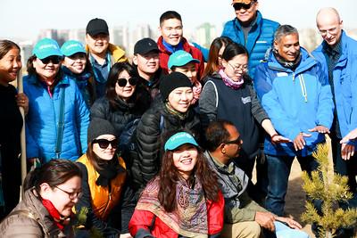 """2019 оны аравдугаар сарын 18. Үндэсний цэцэрлэгт хүрээлэнд НҮБ-ын өдрийг угтан """"НҮБ-ын төгөл"""" нээж, мод тарилаа. ГЭРЭЛ ЗУРГИЙГ Б.БЯМБА-ОЧИР/MPA"""