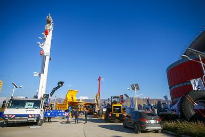 """2021 оны есдүгээр сарын 22. 10  дахь жилдээ зохион байгуулагдаж буй """"Mongolia Mining 2021"""" уул уурхай, газрын тосны үзэсгэлэн энэ жил """"Эрдэс баялгийн салбар эдийн засгийн сэргэлтийн суурь"""" уриатайгаар өнөөдөр нээлтээ хийлээ.  Энэхүү арга хэмжээнд Уул уурхай, хүнд үйлдвэрийн яам, """"Эрдэнэс Монгол"""" ХХК, Монгол Улсад суугаа гадаадын Элчин сайд нар, олон улсын байгууллагын төлөөлөгчид, хөрөнгө оруулагч болон уул уурхайн чиглэлээр үйл ажиллагаа явуулдаг аж ахуйн нэгжүүд оролцож байна.  """"Mongolia Mining 2021"""" уул уурхайн үзэсгэлэнг нээлтийн арга хэмжээний үеэр  """"Эрдэнэс Монгол"""" ХХК-ийн захирал Д.Хаянхярваа хэлсэн үгэндээ """"10 дахь жилдээ болж буй """"Mining Mongolia"""" арга хэмжээнээс манай компаниуд олон шинэлэг санаа, шилдэг техник, технологийг үйл ажиллагаандаа нэвтрүүлж чадсан. Цар тахлын  хүнд цаг үеийг давахад төр, хувийн хэвшлийнхэнд хамтын ажиллагаа  хамгаас чухал. Монголын эдийн засгийг нуруундаа үүрч явдаг уул уурхайн салбарын олон компани эдийн засгийн сорилт, бэрхшээлтэй нүүр тулаад байна. Энэхүү сорилтыг даван туулахын тулд гадаад, дотоодын хөрөнгө оруулагчдыг татах учиртай.  Үүнд,  тогтвортой бодлого, нээлттэй, ил тод хууль эрх зүйн орчинг бүрдүүлэн зарчимтай хамтын ажиллагааг хөгжүүлэх нь чухал юм"""" гэлээ. Түүнчлэн уул уурхайн салбарын гол  асуудлын нэг бол тээвэр, ложистик болохыг онцолж, Гашуунсухайт-Тавантолгой чиглэлд Монголын гурван томоохон компани хамтран чингэлэг тээврийн терминал байгуулсан нь бодлогоо тодорхойлж, чадвал үр дүнтэй төр хувийн хэвшлийн хамтын ажиллагаа бий болдогийн бодит жишээ гэдгийг Д.Хаянхярваа захирал хэлж байв.  Үзэсгэлэнгийн үеэр """"Эрдэнэс Монгол"""" ХХК-ийн Гүйцэтгэх захирал Д.Хаянхярваа """"Төрийн өмчит компаниудын ашигт үйл ажиллагааг нэмэгдүүлэх нь"""" сэдвээр хүрэлцэн ирсэн зочид, төлөөлөгчдөд илтгэл тавилаа.  Төрийн өмчит компанийн засаглалыг сайжруулах, төр хувийн хэвшлийн хамтын ажиллагааг хөгжүүлэх, цаашид компанийн хийж хэрэгжүүлэхээр зорьж буй алхмуудын талаар танилцуулав.   """"Mongolia Mining 2021"""" арга хэмжээ 09 дүгээр сарын 22-24-ни"""