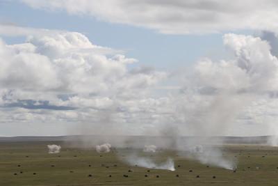 """2019 оны наймдугаар сарын 27. Монгол Улс, Дорнод аймгийн Чойбалсан хот. Орос-Монголын хамтарсан """"Сэлэнгэ 2019"""" хээрийн сургуулилалтад оролцохоор ОХУ-ын зэвсэгт хүчний мянга орчим алба хаагч ирсэн байна.  """"Мянга орчим цэрэг, 300 орчим зэвсэг техник наймдугаар сарын 15-нд эхлэх арга хэмжээнд оролцоно"""" гэж ОХУ-ын армийн дорнод тойргийн командлалаас өнөөдөр мэдээлжээ. Энэ удаагийн сургуулилалтад Оросын талаас Акация 152мм-ийн их бууны өөрөө явагч систем, Град олон пуужин харвагч, Шилка өөрөө явагч агаараас хамгаалах систем, Т-72Б3 танк, БМП-2 явган цэргийн хуягт машин зэрэг зэвсэг техник оролцох юм байна. Мөн ОХУ-ын Байгалын чанадад байрлаж буй Ми-24, Ми-8АМТШ нисдэг тэрэгнүүд оролцохоор болжээ. Өнгөрсөн оны """"Сэлэнгэ"""" хээрийн сургуулилалт ОХУ-ын Буриадад болж, Монголын талаас 1,000 гаруй цэрэг оролцож байсан юм. ГЭРЭЛ ЗУРГИЙГ MPA"""