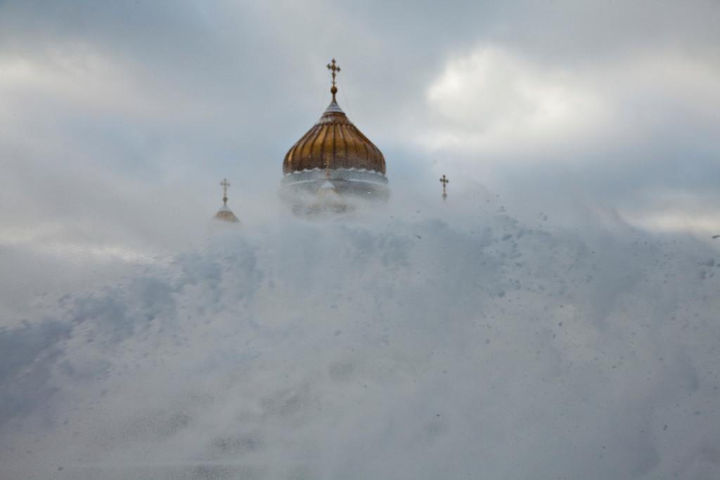 Москва, уборка снега на набережной перед Храмом Христа Спасителя.