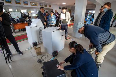 2020 оны аравдугаар сарын 13. Сонгуулийн ерөнхий хорооноос сонгино хайрхан дүүргийн 21-р хороонд туршилтын санал хураалт явууллаа.     ГЭРЭЛ ЗУРГИЙГ Б.БЯМБА-ОЧИР/MPA